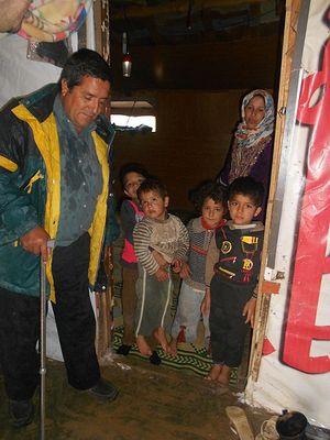Посещение семьи сирийских беженцев, живущих в палатке