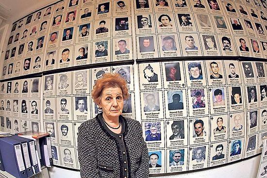 Верица Томановић испред фотографија несталих на КиМ (Фото: Иван Милутиновић)