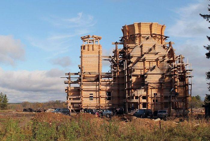 Строящийся Крестовоздвиженский храм в Савинском. Осень 2015 г.