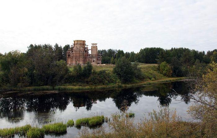Строящийся Крестовоздвиженский храм в Савинском