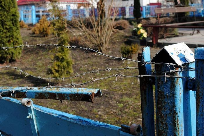 Последствия погрома 21 сентября 2015 г. (забор и проволока)