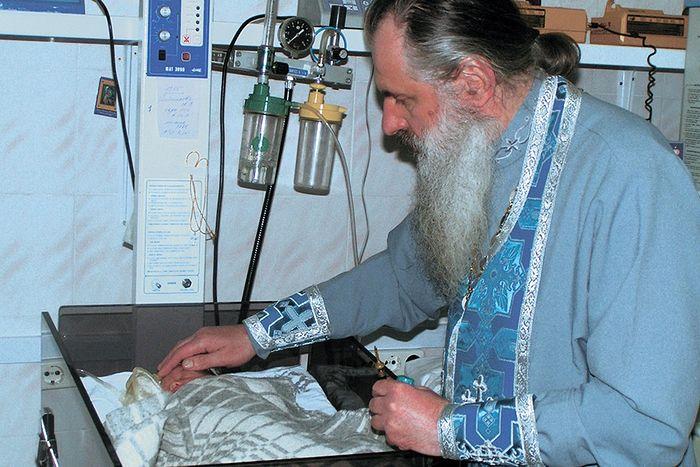 Духовник сестричества протоиерей Сергий Клюйко в детской реанимации перинатального центра