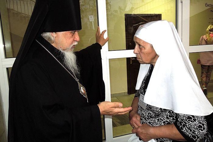 Старшая сестра Александра Перькова советуется с председателем Синодального отдела по благотворительности епископом Пантелеимон