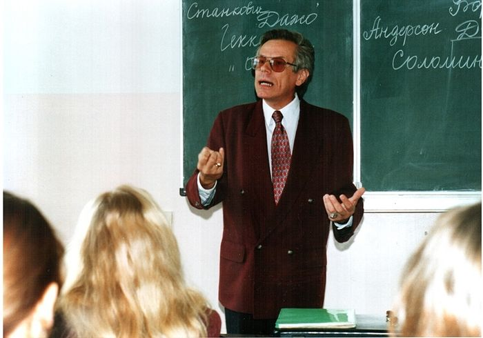 Лев Семенов читает лекцию