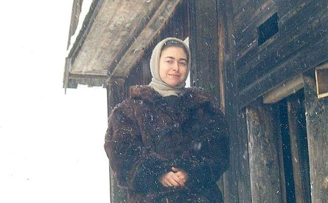Автор смотрит, как муж колет дрова