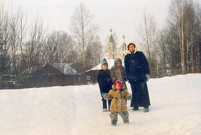 Юлия Комарова с детьми Тимой, Катей и Герой на фоне храма