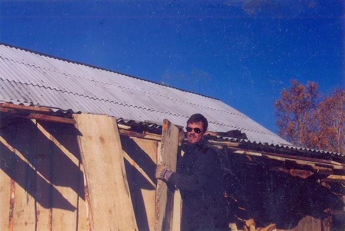 Муж обновляет ограду