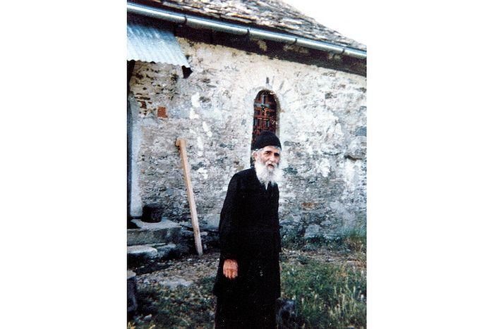 Старец Паисий у своего дома