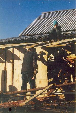 Герка помогает папе обновить ограду