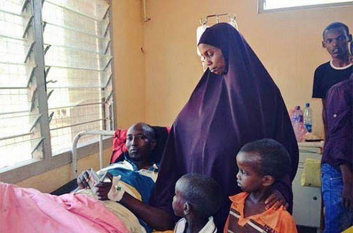 Семья Салаха навещает его в больнице.