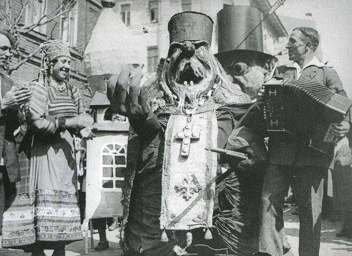 Антирелигиозное представление на улицах Москвы. 1931 год