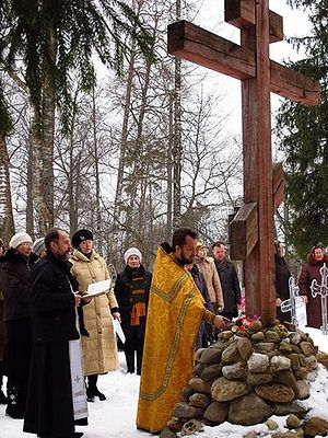 У поклонного креста на могиле новомучеников Солигалича