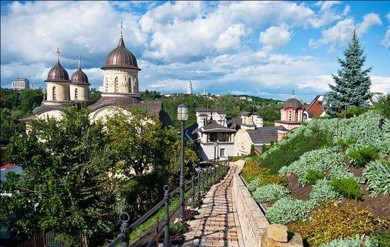 Вид Свято-Михайловского Зверинецкого монастыря со стороны Ботанического сада
