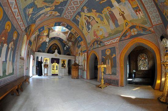 Интерьер надпещерного храма в честь всех преподобных Зверинецких
