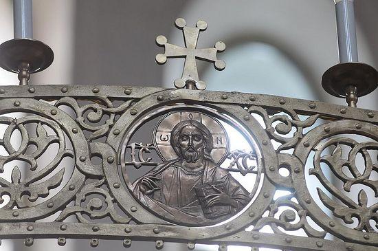 Фрагмент хороса с бронзовыми барельефами. Фото С. Рыжкова