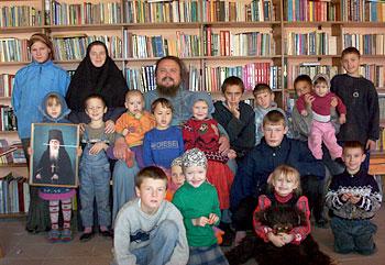 Православный детский приют «Никита». Воспитанники вместе с игуменом Амвросием (Шевчуком) и монахиней Василией