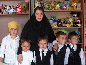 Православный детский приют «Никита». Монахиня Василия среди воспитанников