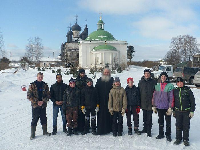 Священник Георгий Осипов с воспитанниками