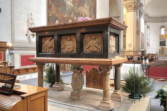 Саркофаг с мощами св. Луки