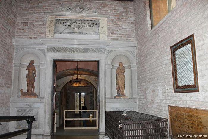 Кованый реликварий с дубовой гробницей, где находились останки св. Луки (справа)