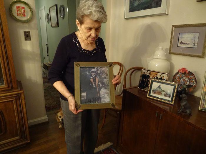 Светлана Александровна с фотографией дедушки Леопольда Романовича