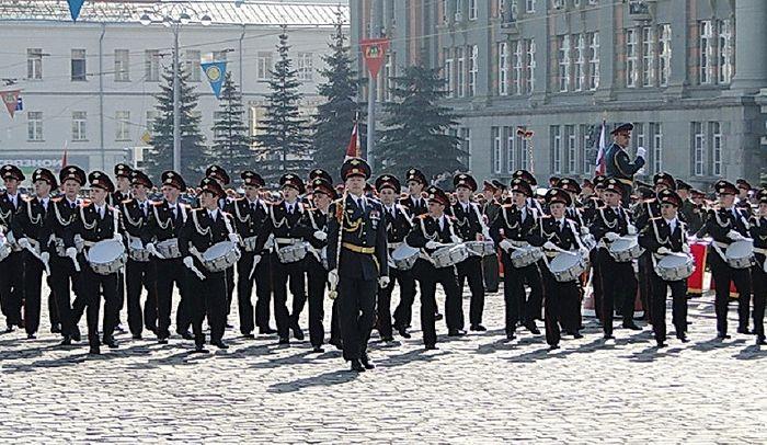 Старший брат Руслан открывает Парад Победы