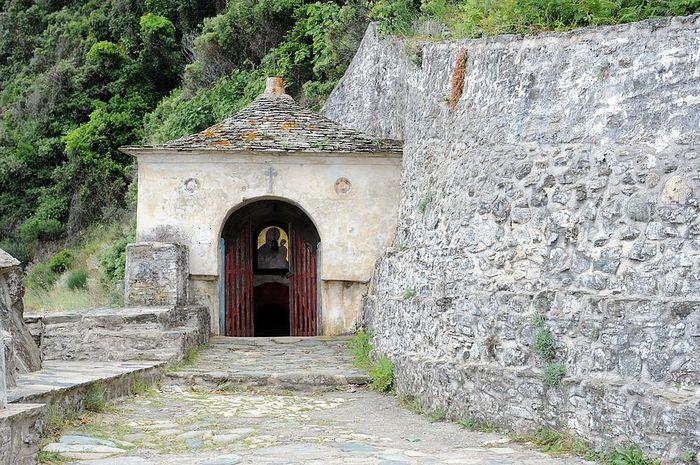 Святой источник рядом с монастырем Иверон считается одним из чудес Святого Афона: вода в нем остается пресной, хотя находится на уровне моря, которое плещется буквально в нескольких шагах
