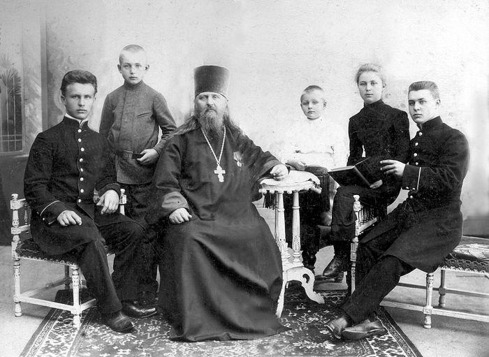 Священник Алексей Троицкий с детьми (слева направо): Владимиром, Алексием, Димитрием