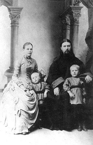 Священник Алексей Троицкий с женой и сыновьями Димитрием и Владимиром (справа)