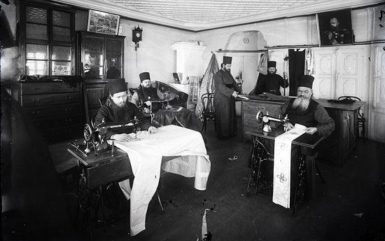 Швейная мастерская. Фото начала XX века из архива Свято-Пантелеимонова монастыря.