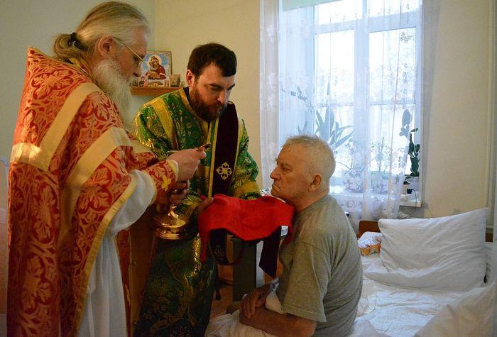 Протоиерей Евгений Горянчик причащает больного