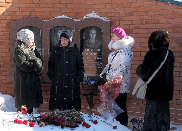 На могиле Евгения Родионова