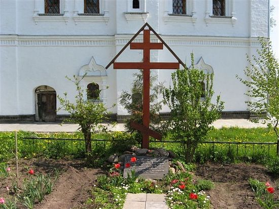 A cross with a plaque dedicated to the people of Uglich martyred by the Poles, St. Nicholas Monastery. Photo: Vladislav Burlutsky.