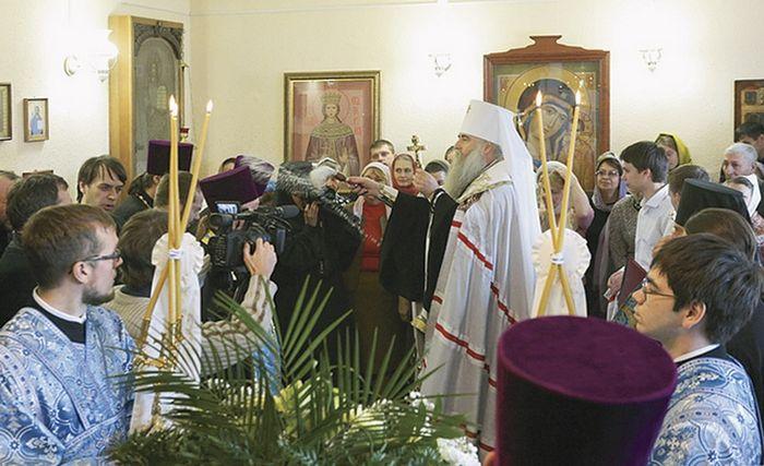 Митрополит Саратовский и Вольский Лонгин совершает молебен Божией Матери в домовом храме Владимирского женского монастыря. 1 ноября 2015 года