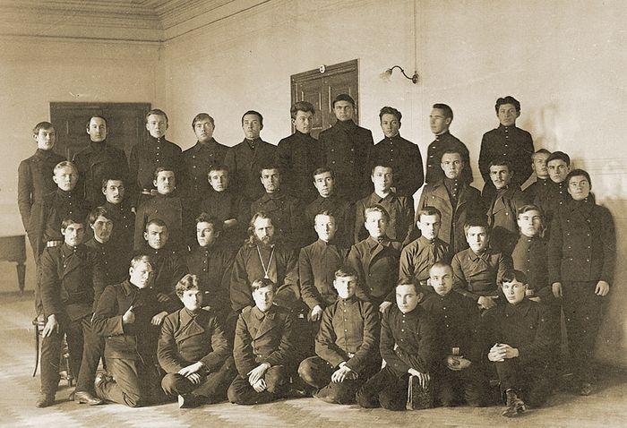Отец Владимир с воспитанниками Саратовской семинарии. Фото 1914 года из архива Е. Б. Софинской
