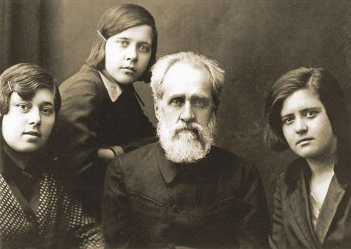 Отец Владимир с дочерьми (слева направо): Валентиной, Надеждой, Клавдией. 1936 год