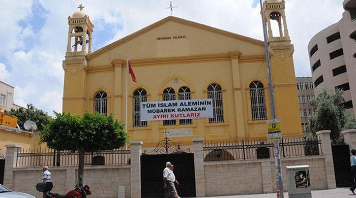 «Мы празднуем священный месяц Рамадан во всем исламском мире», – написано на баннере