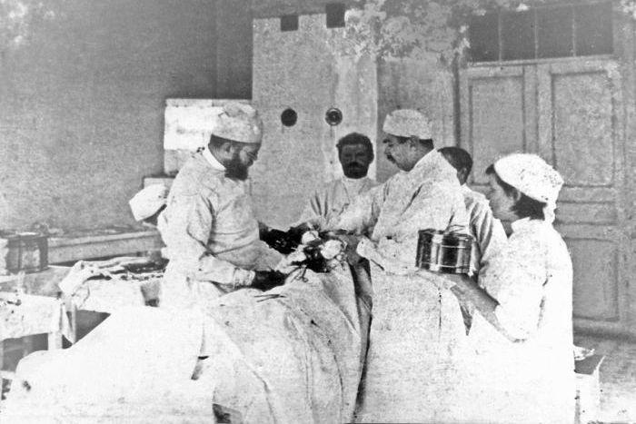 Профессор Войно-Ясенецкий оперирует пациента. Хирургическое отделение городской больницы в Ташкенте. 1917