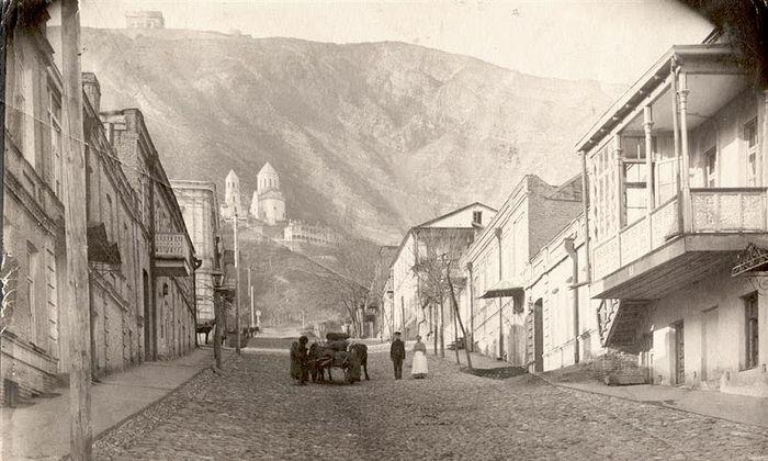 Вид на гору Мтацминда и храм прп. Давида Гареджийского. Фото начала XX в.