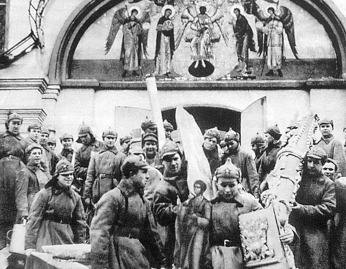Красноармейцы на субботнике выносят имущество Симонового монастыря