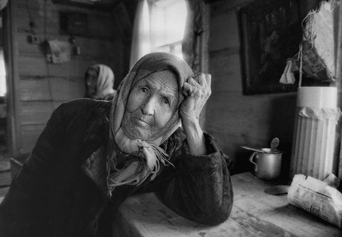 Пожилая дама медленно раздевается видео