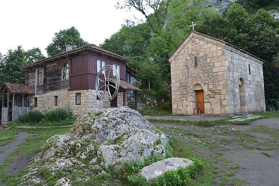 Гостевой дом и храм обители у подножия столпа (вид сверху)