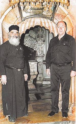 Вид Кувуклии (вверху справа), а у её входа - схимонах Пантелеимон и Александр. Фото: Из личного архива