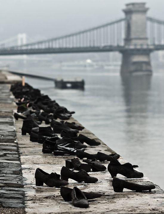 Памятник жертвам Холокоста, скульптор Д. Пауэр, 2005 год, Будапешт. Фото с сайта wikimedia.org