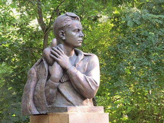 Памятник Вите Черевичкину, скульптор Н. Аведиков, 1961 год, Ростов-на-Дону. Фото с сайта wikimapia.org