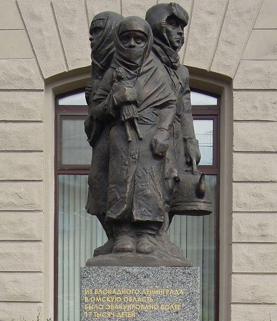 Памятник детям блокадного Ленинграда, скульптор С. Голованцев, 2014 год, Омск. Фото с сайта autotravel.ru