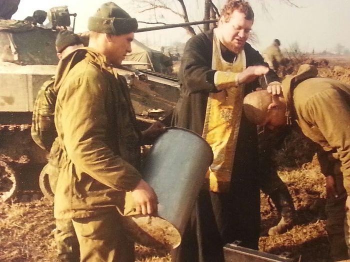 Крещение в Чечне. Крестный папа держит капсулу с водой