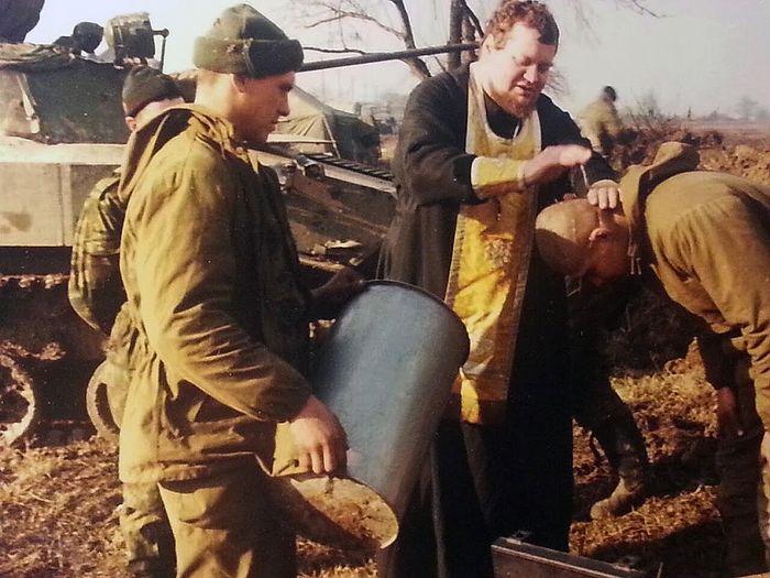 Крштење у Чеченији. Кум држи капсулу с водом