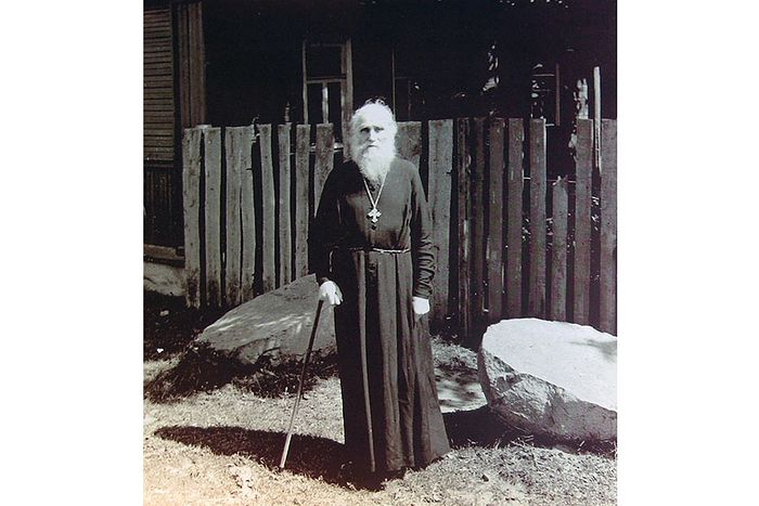 Отец Николай Гурьянов у своего дома