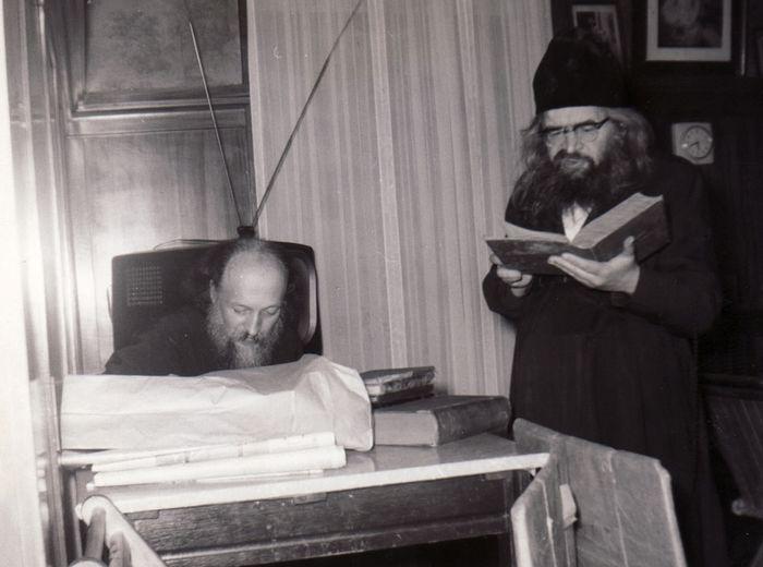 Святитель Иоанн не стирал и не гладил свой подрясник, не расчесывал волосы и бороду, чем вызывал смущение тех, кто с ним встречался.